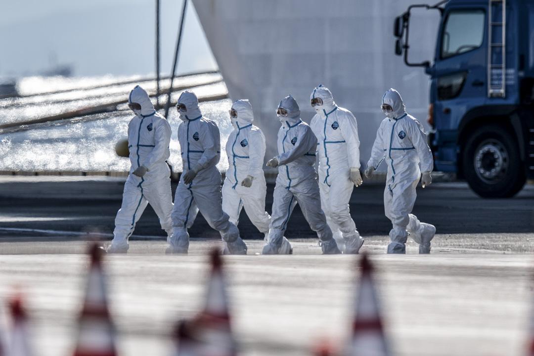 2020年2月11日,到鑽石公主號上工作的人員都穿上保護衣。