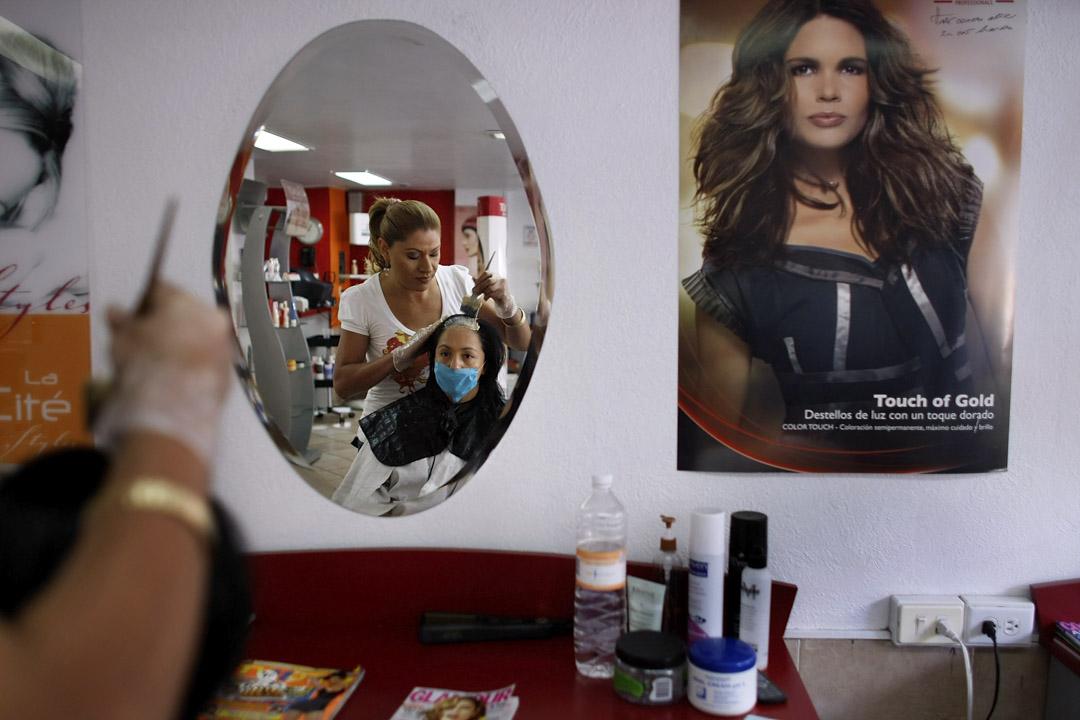 2009年,墨西哥爆發甲型H1N1流感,剪髮客人都戴上口罩保護自己。