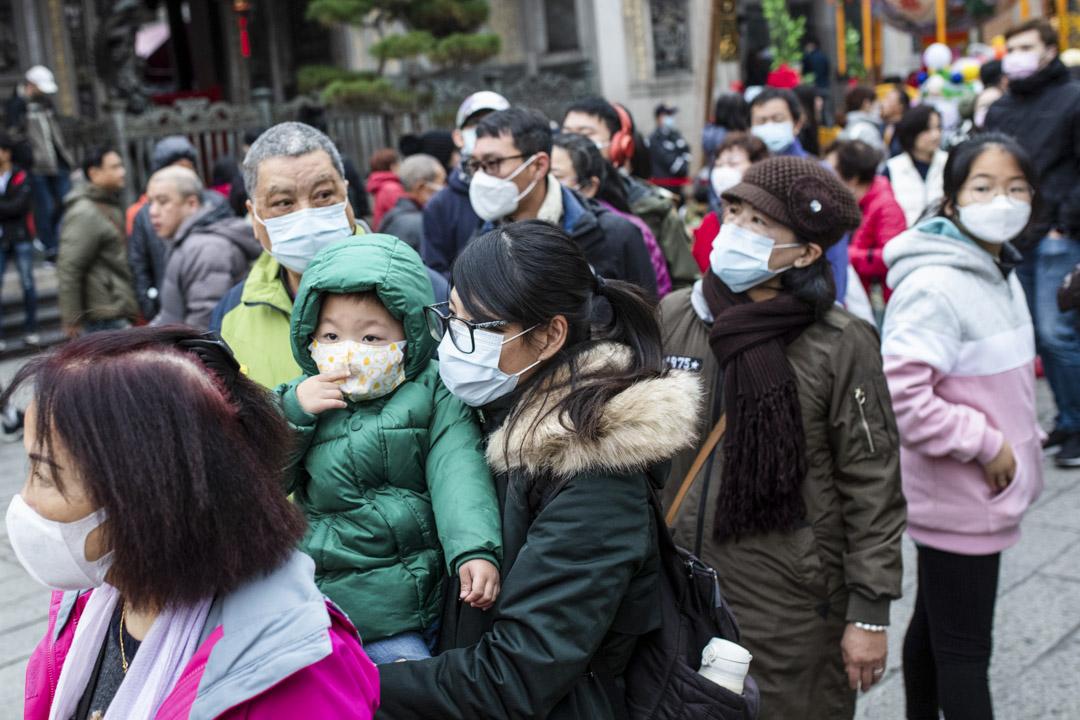 台灣民眾在龍山寺參拜祈福。 攝:Eason Lam/端傳媒