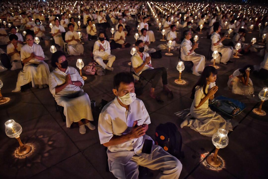 2020年1月31日,泰國曼谷的廟宇裡,佛教徒戴著口罩在祈禱。