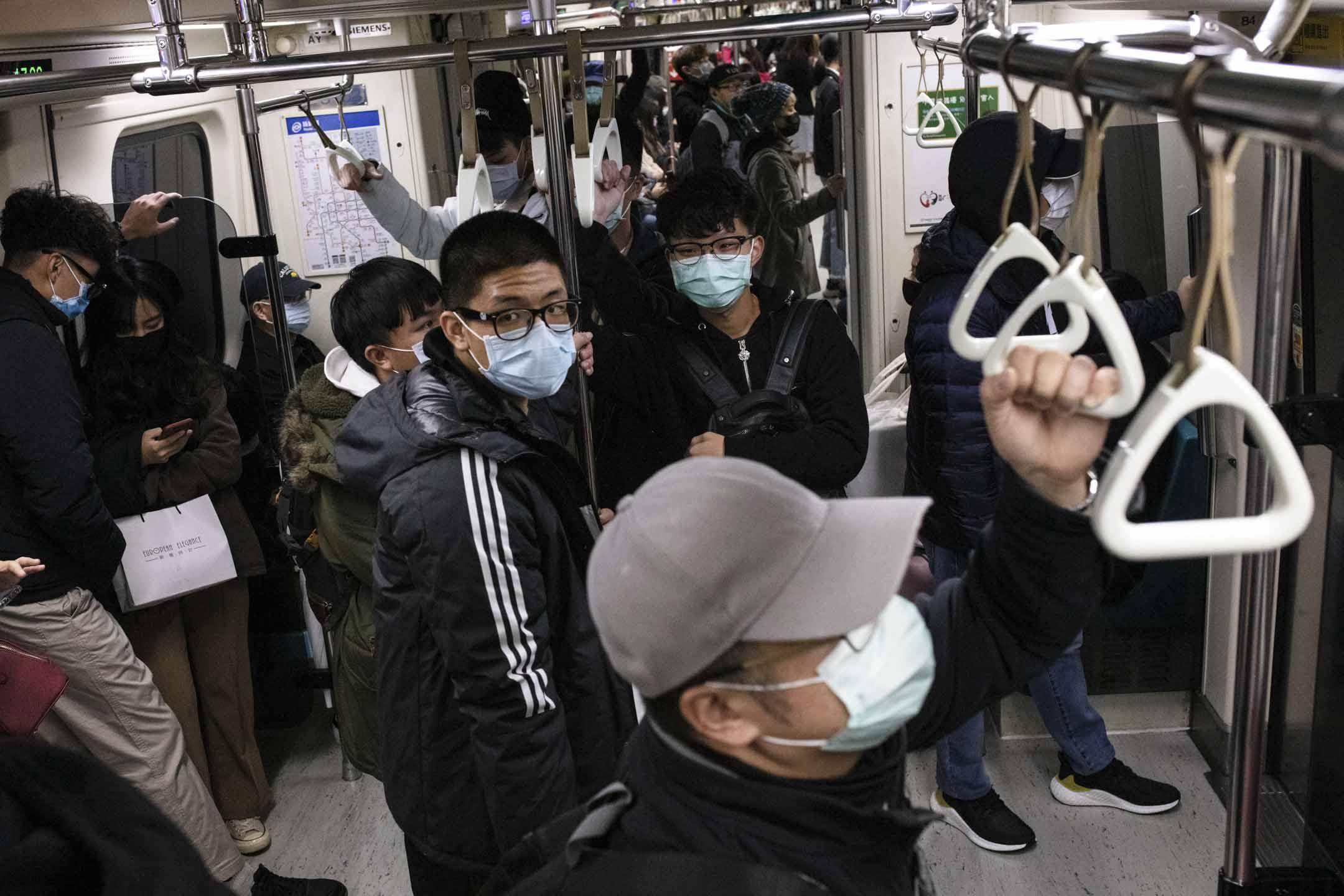 2020年1月29日,台北捷運上的乘客大多數都戴上口罩作防範。 攝:Eason Lam/端傳媒