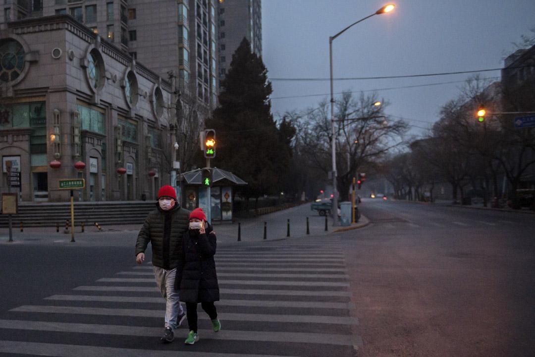 2020年1月28日,北京的道路上有行人路過。