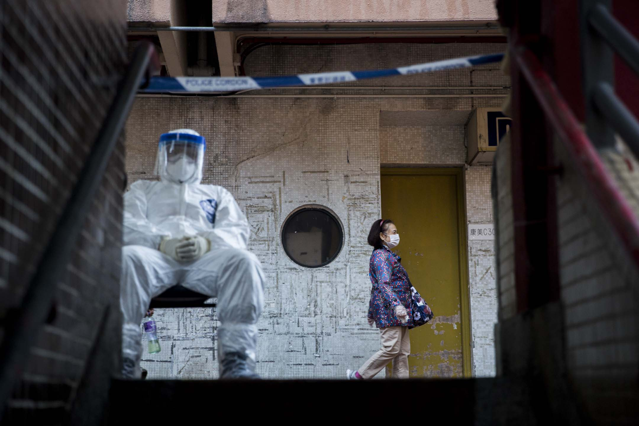 2020年2月11日,青衣長康邨康美樓樓下有穿上防護裝備的警員把守。