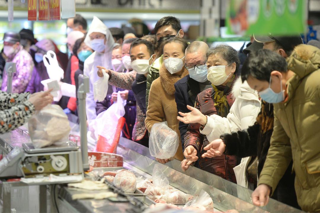 2020年2月10日,武漢市民戴口罩在超市排隊買菜。 攝:Getty Images