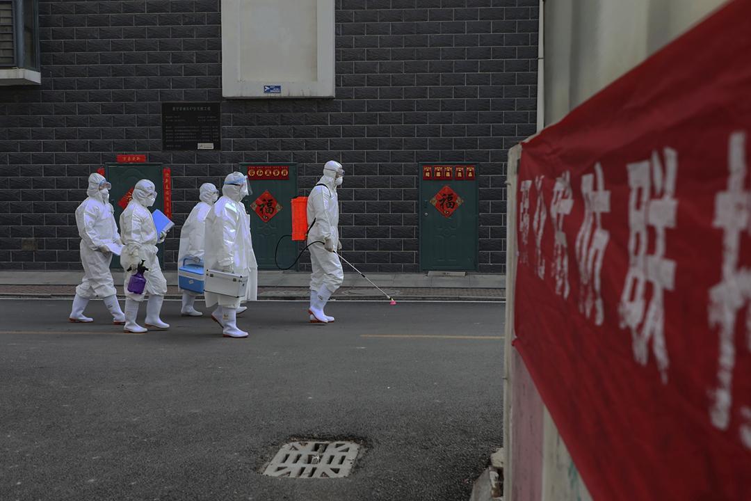 2020年2月10日在中國山東省臨沂市,一隊身穿防護裝備的控疫人員。 圖片來源:STR / AFP via Getty Images