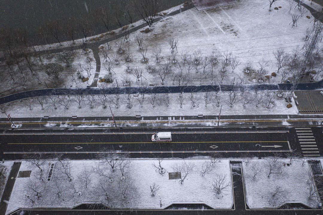 2020年2月15日,武漢降雪,街上看到一輛救護車。 圖: Getty Images