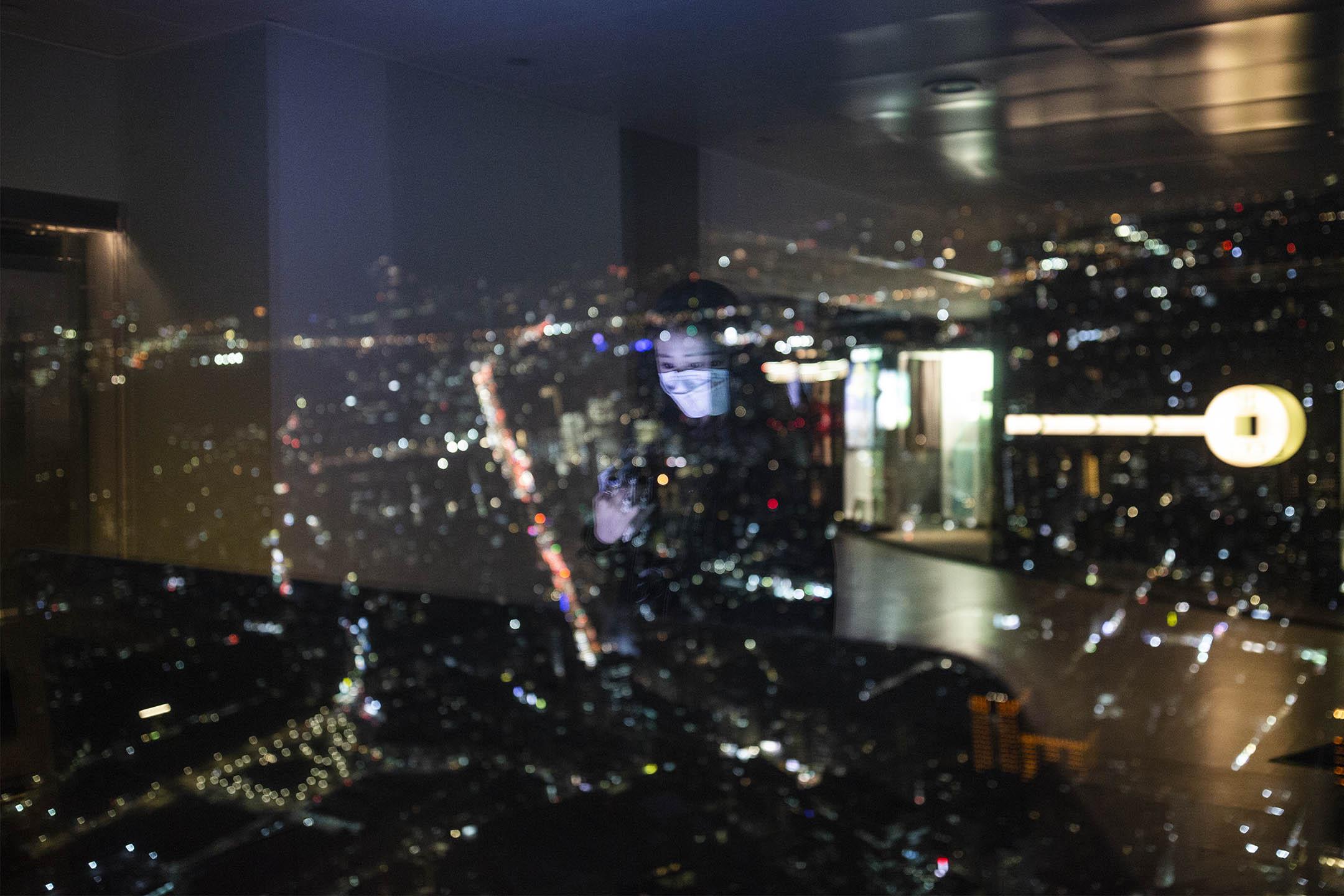 2020年2月11日,遊人在台北101觀景台上看台北夜景。 攝:陳焯煇/端傳媒