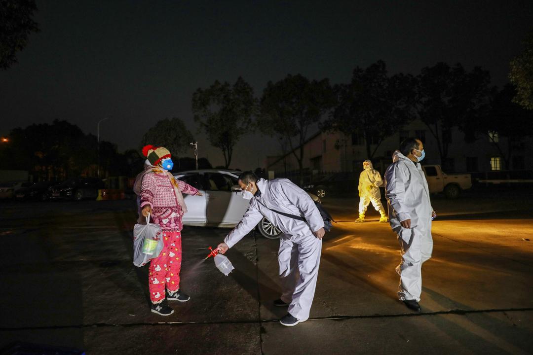 2020年2月3日,武漢的醫護人員正在替曾進入醫院的人消毒。