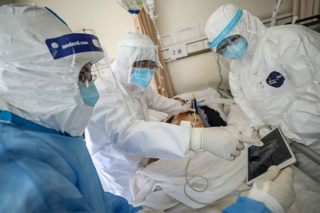 2020年2月16日,中國湖北武漢紅十字會醫院,醫生診治新冠肺炎患者。 攝:Getty Images