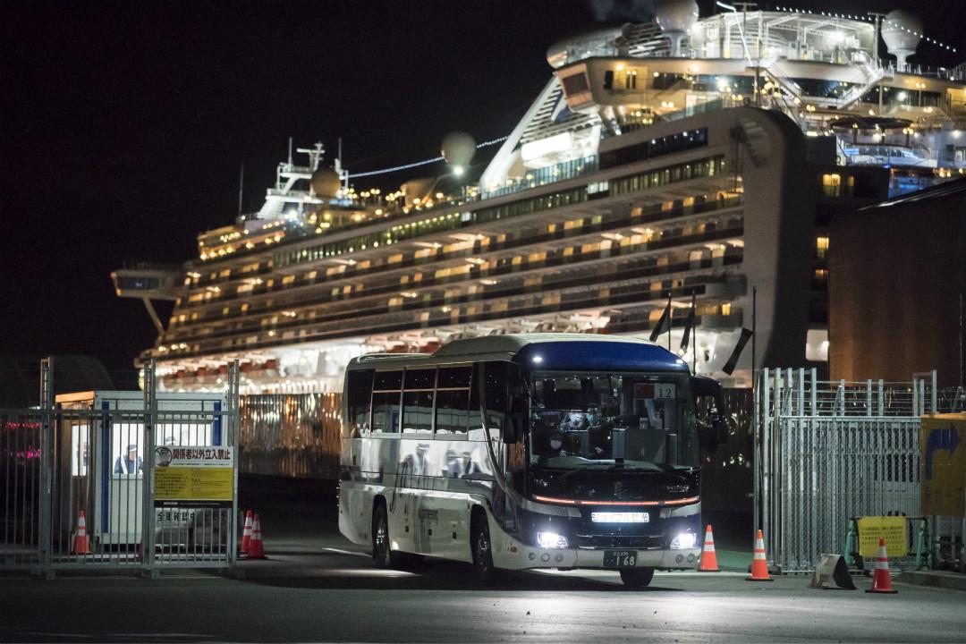 2020年1月19日,一輛接載香港乘客的大巴駛離鑽石公主號郵輪。 攝:Tomohiro Ohsumi/Getty Images