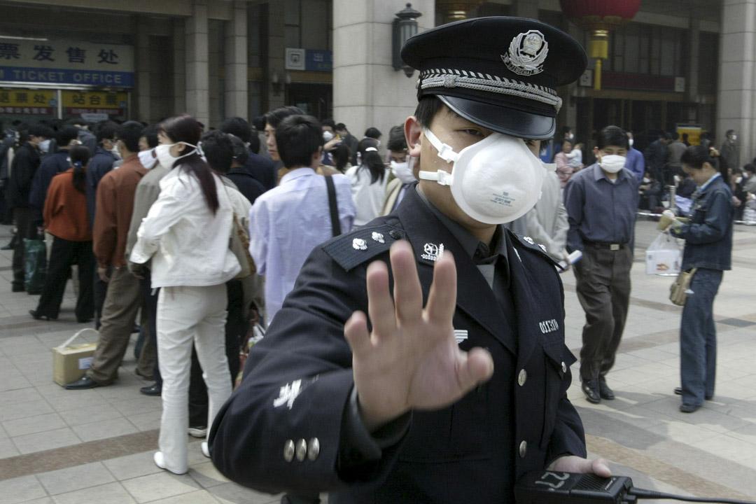 2003年4月25日,SARS期間一名北京警察試圖阻止記者拍照。