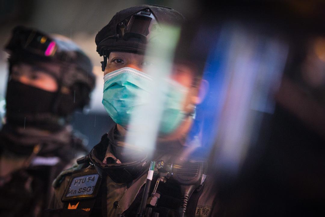 2020年1月26日旺角,一名防暴警察戴著口罩與示威者對峙。