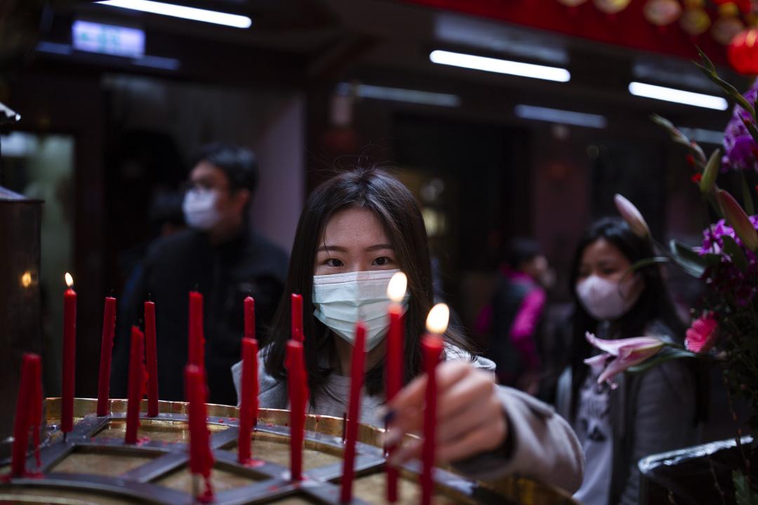 2020年2月18日,台北松山的一間宮廟內戴上口罩的信眾。