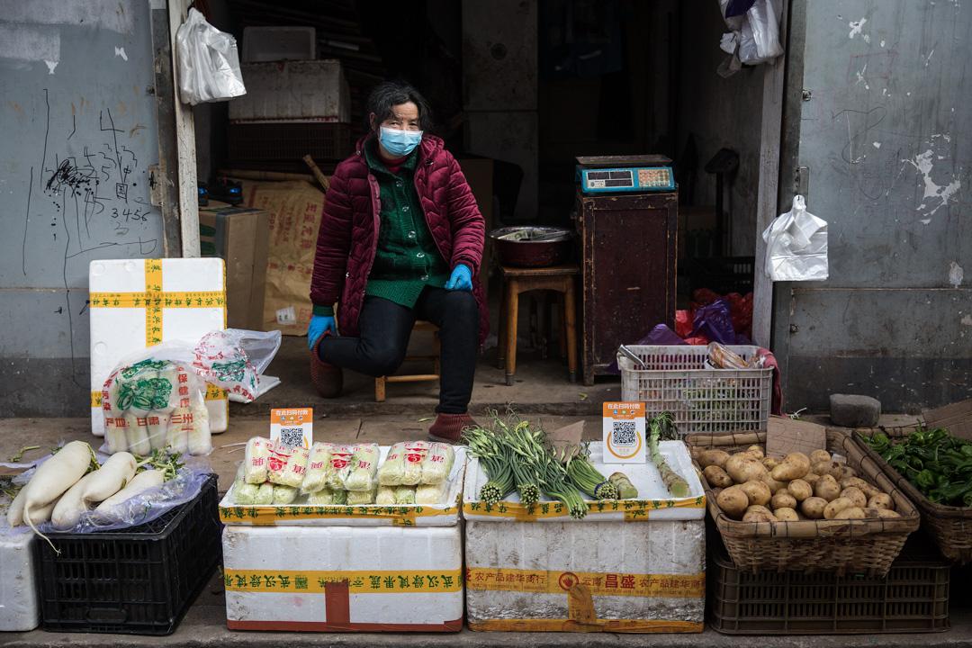 2020年1月31日,武漢一名菜販戴著口罩。
