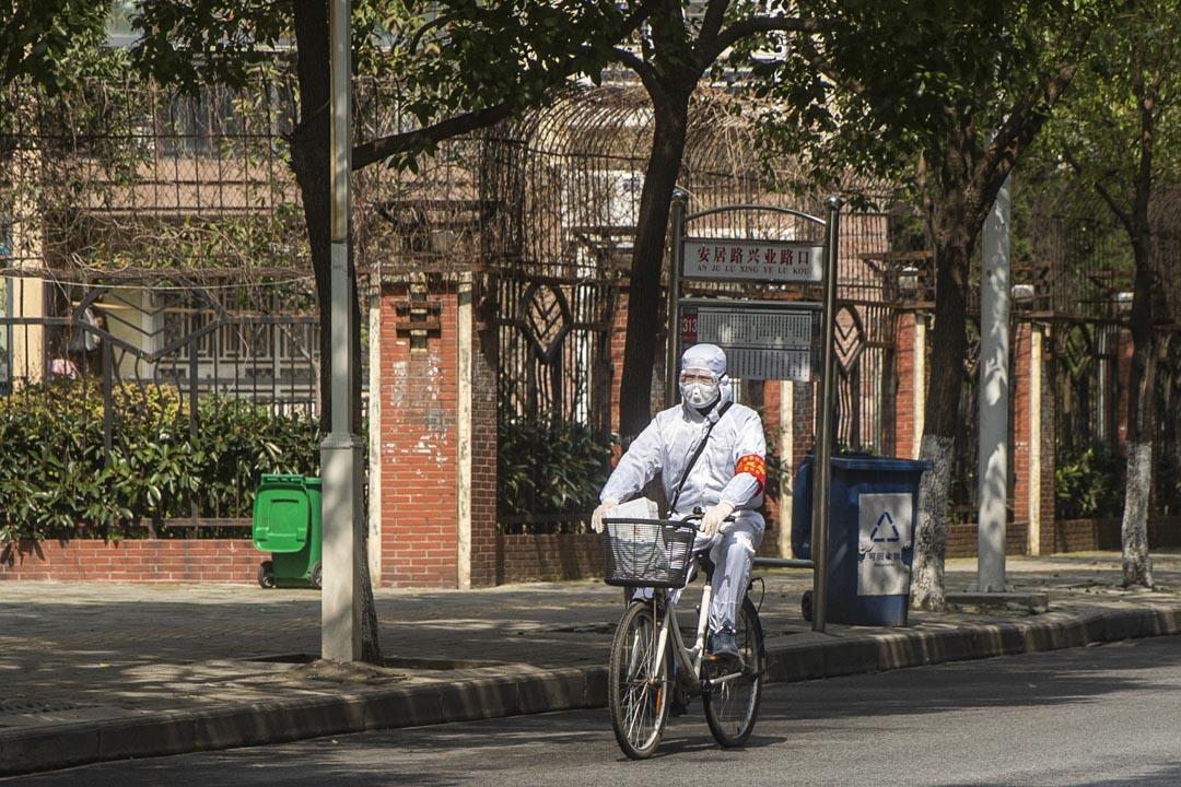 百步亭一名社區工作人員騎單車去買藥。
