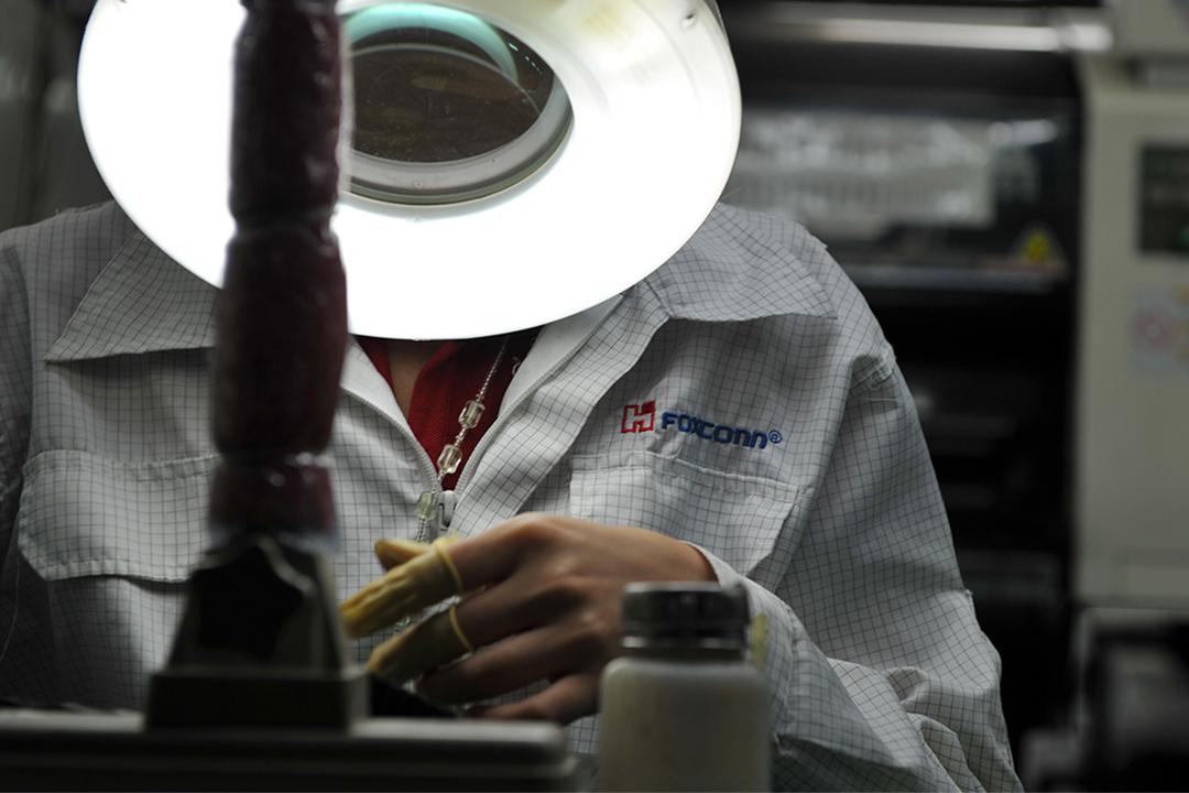 2010年5月26日,一名工人在深圳富士康工廠的工廠生產線上檢查主機板。