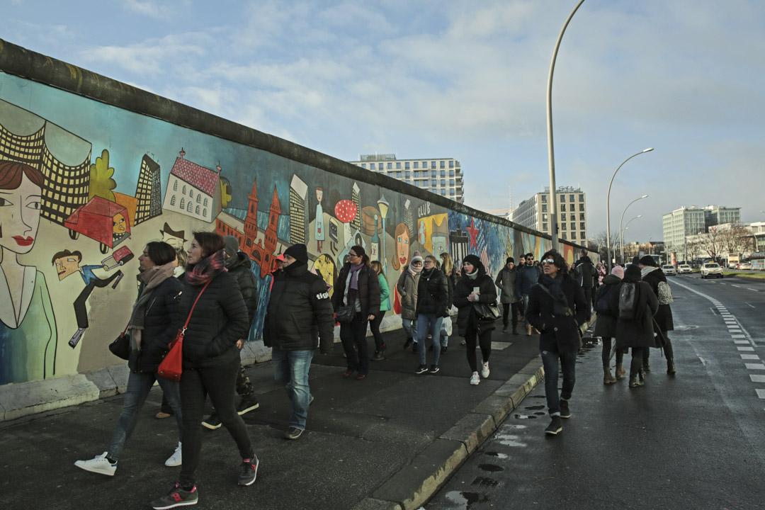 2019年,德國柏林圖牆前的遊客。