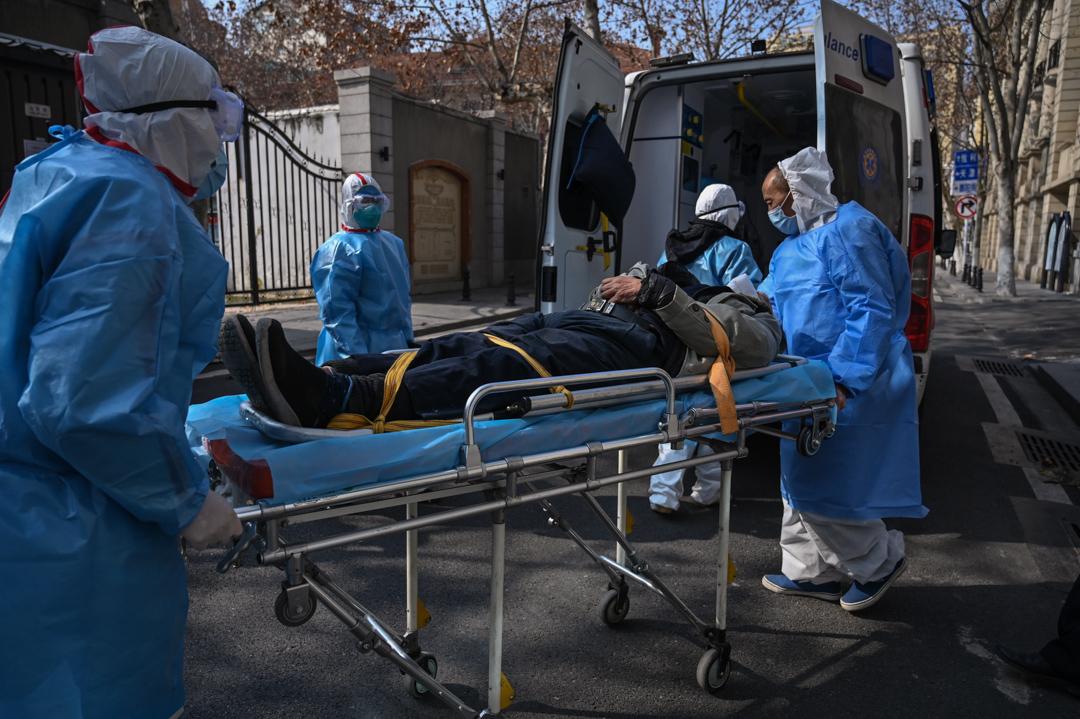 2020年1月30日,武漢的醫護人員正在將病人送上救護車。