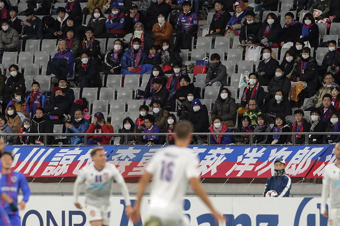 當地時間2020年02月18日,日本東京,2020亞冠第2輪F組賽事,觀眾戴上口罩在觀看。