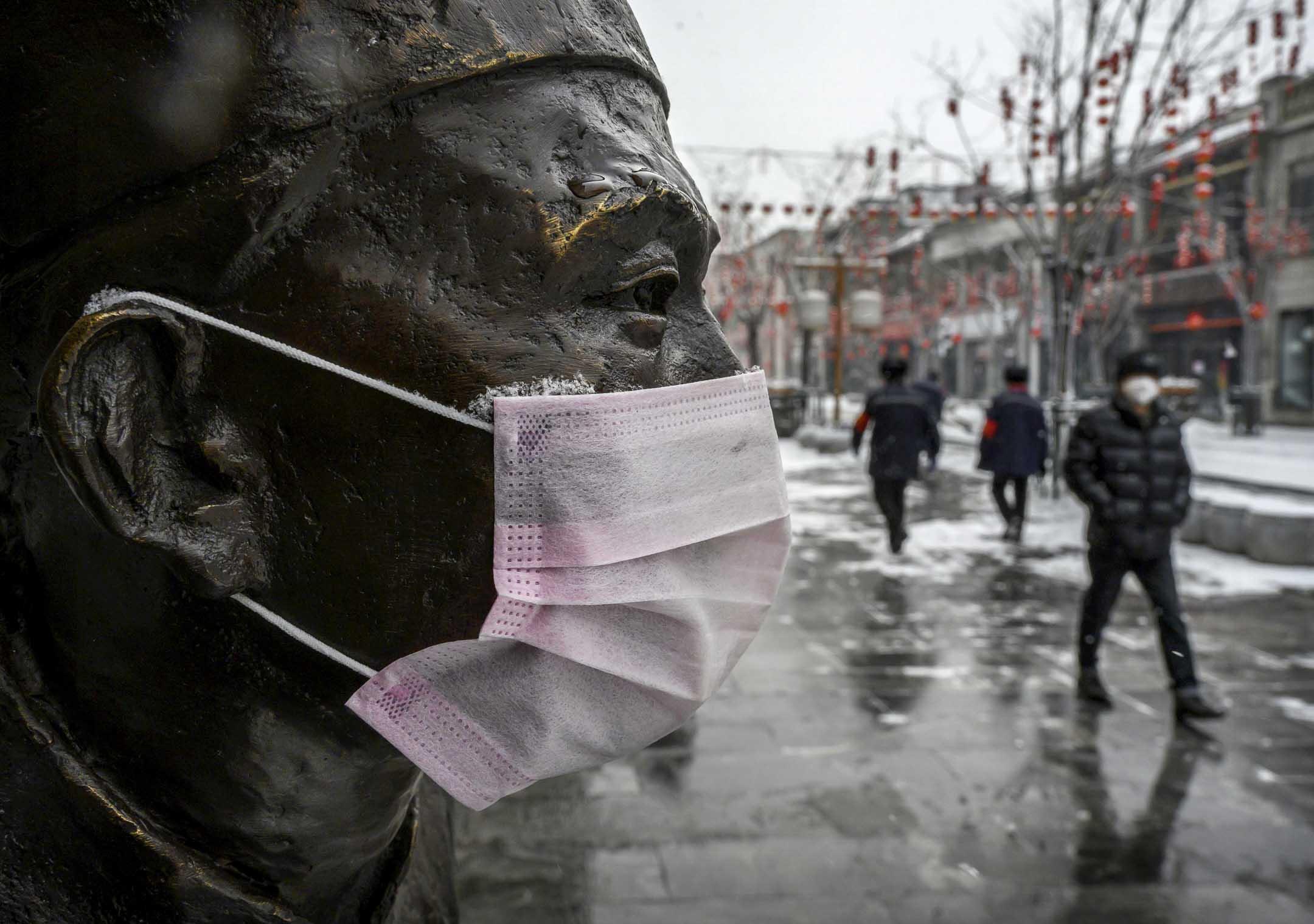 2020年2月5日,北京街上,有一個戴了防護口罩的雕像。 攝:Kevin Frayer/Getty Images