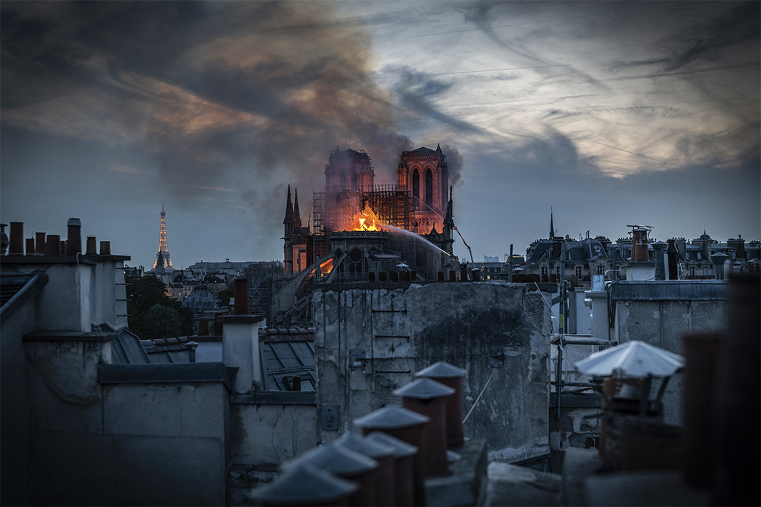 2019年4月15日,巴黎聖母院冒出火焰和濃煙。