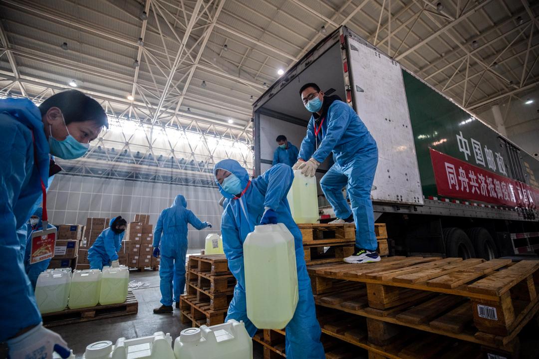2020年2月4日,志願人士和工作人員正在將物資運進臨時醫院。 攝:STR/AFP via Getty Images