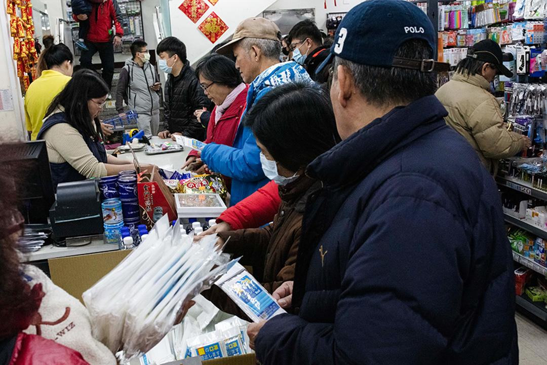 市民在台灣的商店購買口罩。