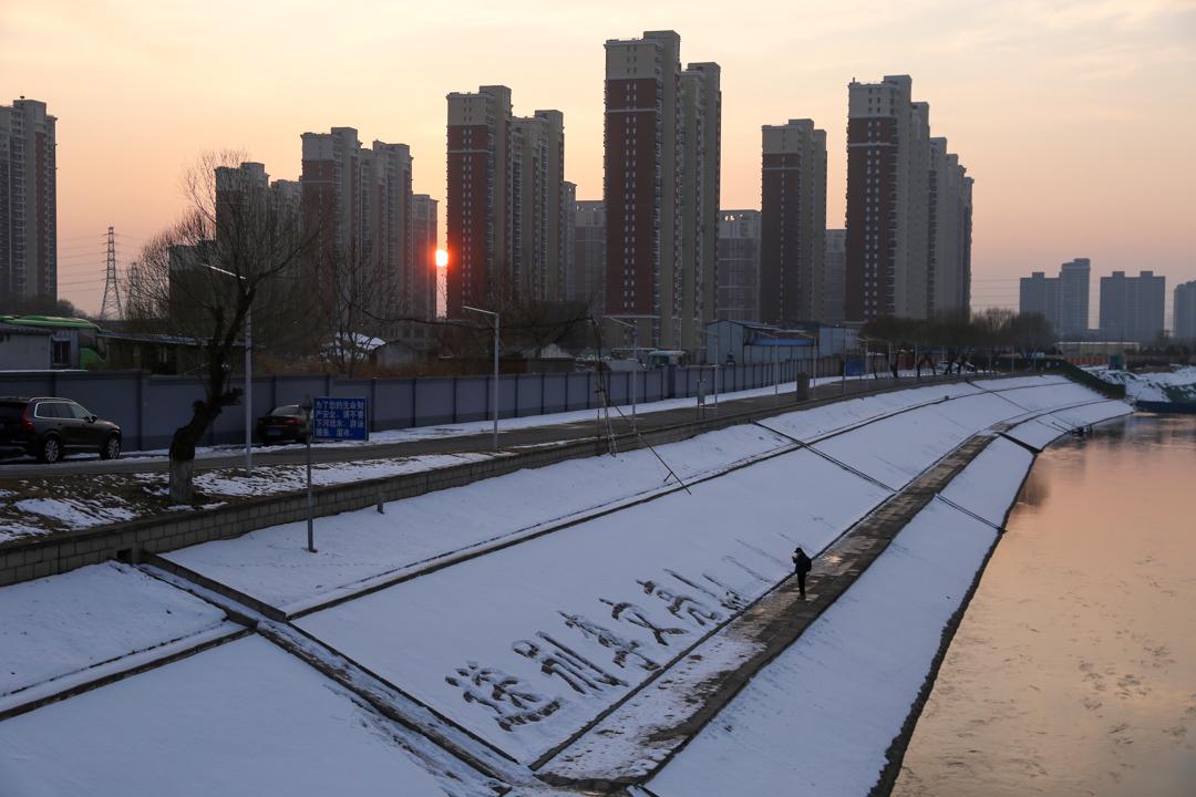 2020年2月8日,北京通惠河畔,市民前來悼念李文亮。