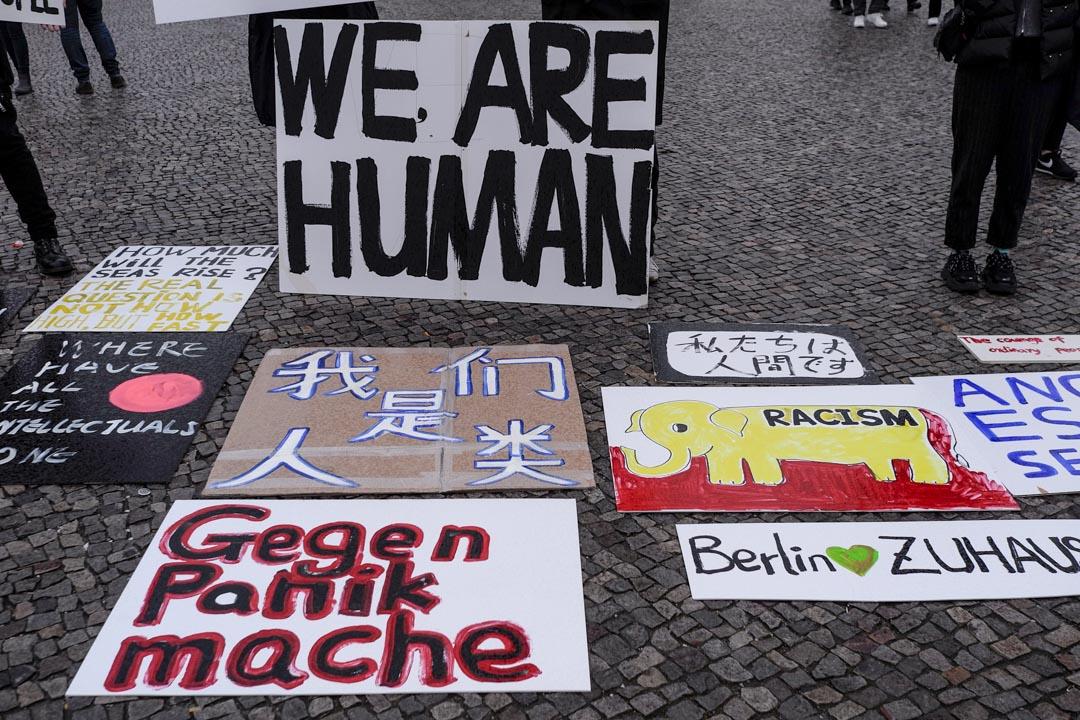 五人帶着十幾張用各種語言書寫的標語作出抗議。