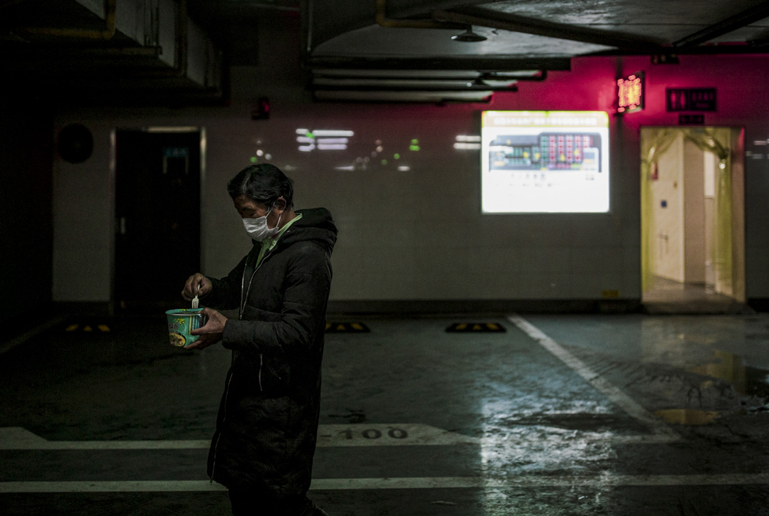 武昌火車站地下停車場內的滯留人員,用方便麪解決午餐。