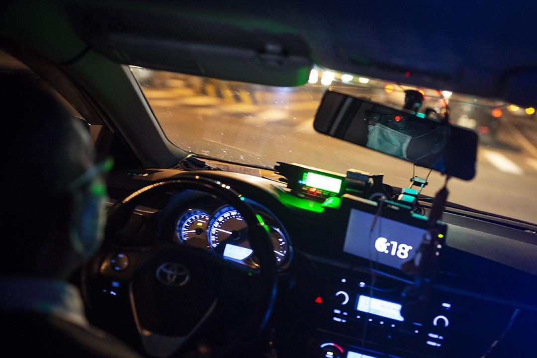 2020年2月13日台灣,一名出租車司機戴上口罩駕駛。 攝:陳焯煇/端傳媒