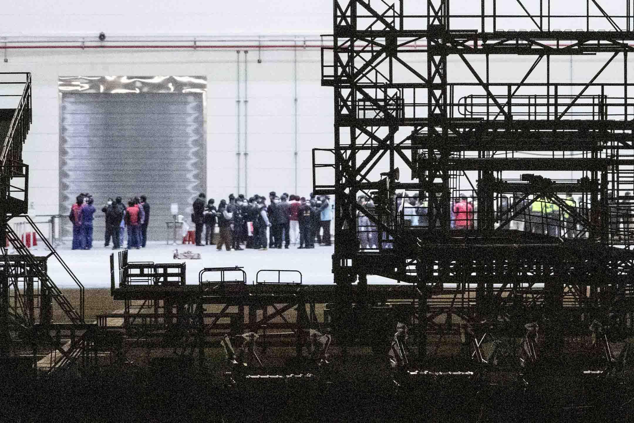 2020年2月3日桃園國際機場,武漢台商午夜抵達機場,飛機直接進入維修棚,醫護人員上機檢疫後安置隔離。 攝:攝:Johannes chen/端傳媒