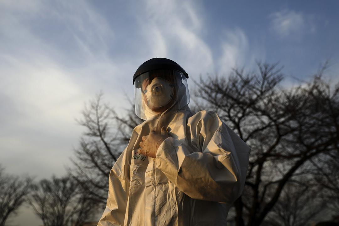 2020年2月24日韓國首爾,一名清潔人員穿著防護服在首爾國會會議期間消毒。