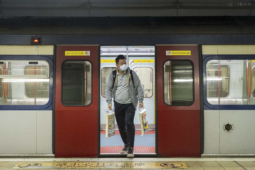 2020年2月3日,一位拿著兩袋米的乘客在羅湖站的火車上。