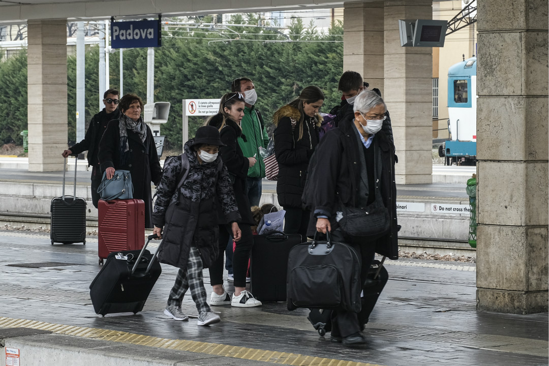 2020年2月24日,意大利帕多瓦(Padova)車站,多名乘客下車頭戴口罩。 攝:Roberto Silvino/Getty Images