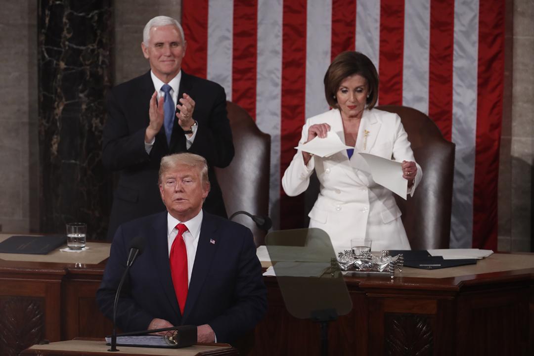 2020年2月4日,美國總統特朗普在國會宣讀國情咨文後,眾議院議長佩洛西(Nancy Pelosi)撕爛相關文件、以宣示對特朗普及國情咨文內容的不滿。