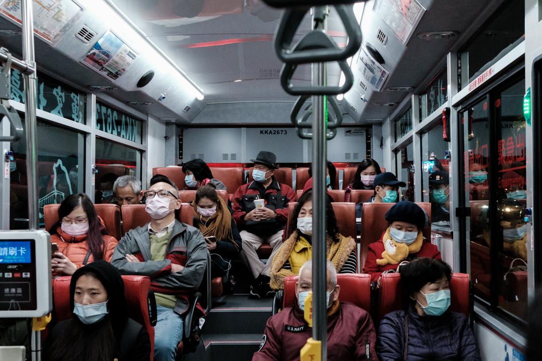 2020年2月4日,台北市的公車上的乘客戴著口罩。