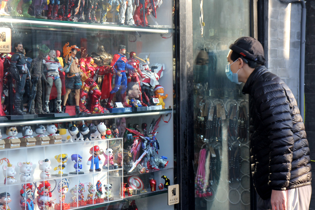 2020年1月31日,北京一名男子戴著口罩望向店內。 攝:Roman Balandin\TASS via Getty Images