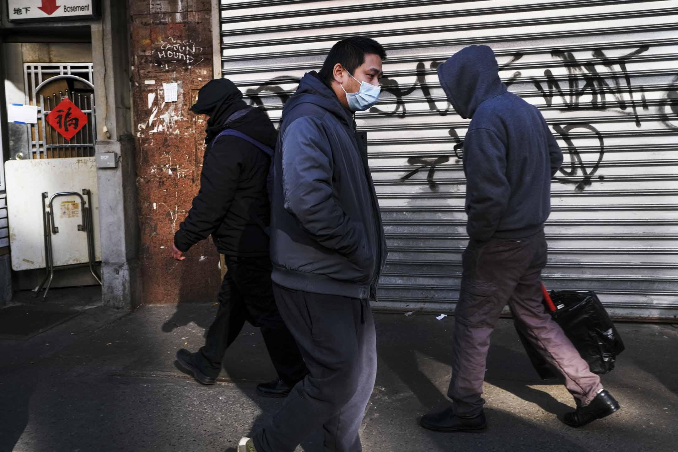 2020年1月29日,美國紐約唐人街的街道上,華人都戴著口罩外出。