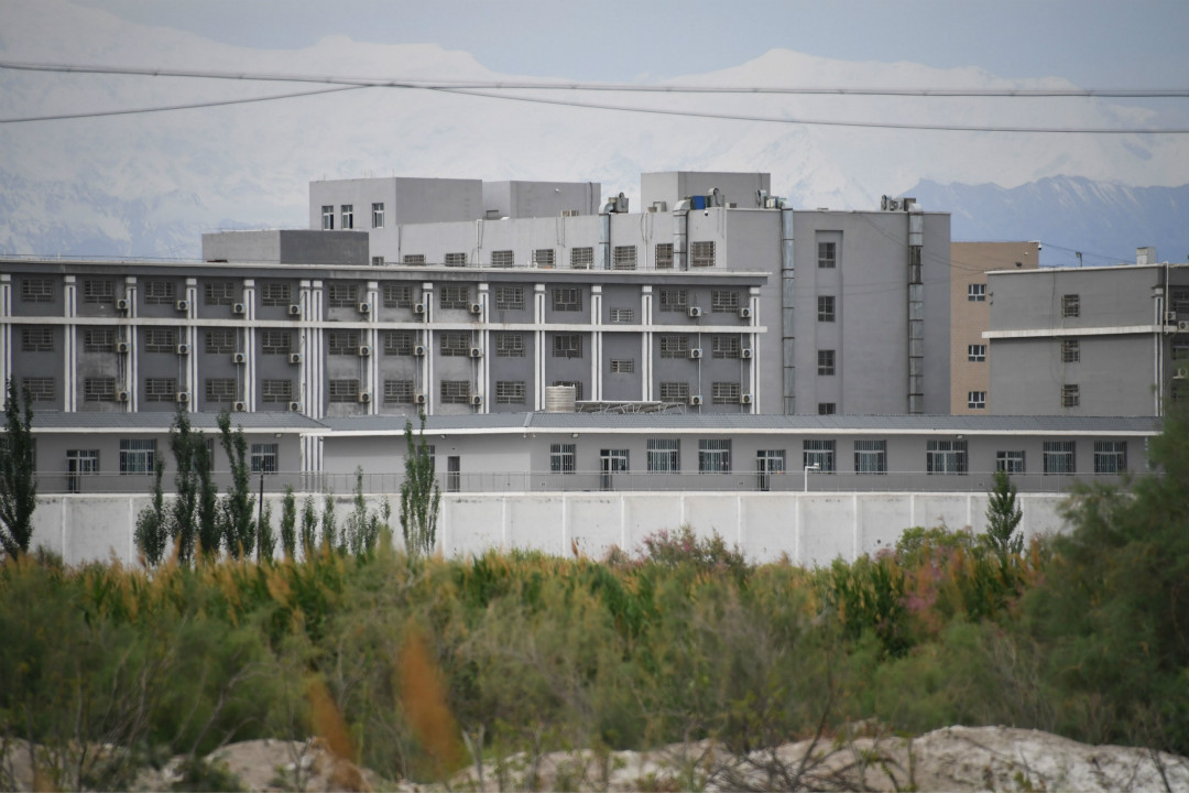 2019年6月4日,新疆阿克陶縣(Akto)北部,據信為關押維吾爾人的「再教育營」。 攝:Greg Baker/Getty Images