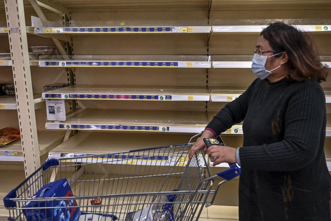 2020年1月27日,廣州一間超市的貨架上食品已被搶購一空。