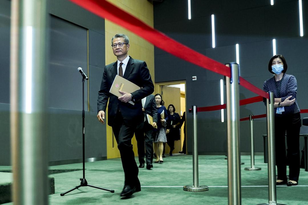 2020年2月26日,財政司司長陳茂波就新一份《財政預算案》舉行記者會,介紹預算案內容及回應提問。 攝:林振東/端傳媒
