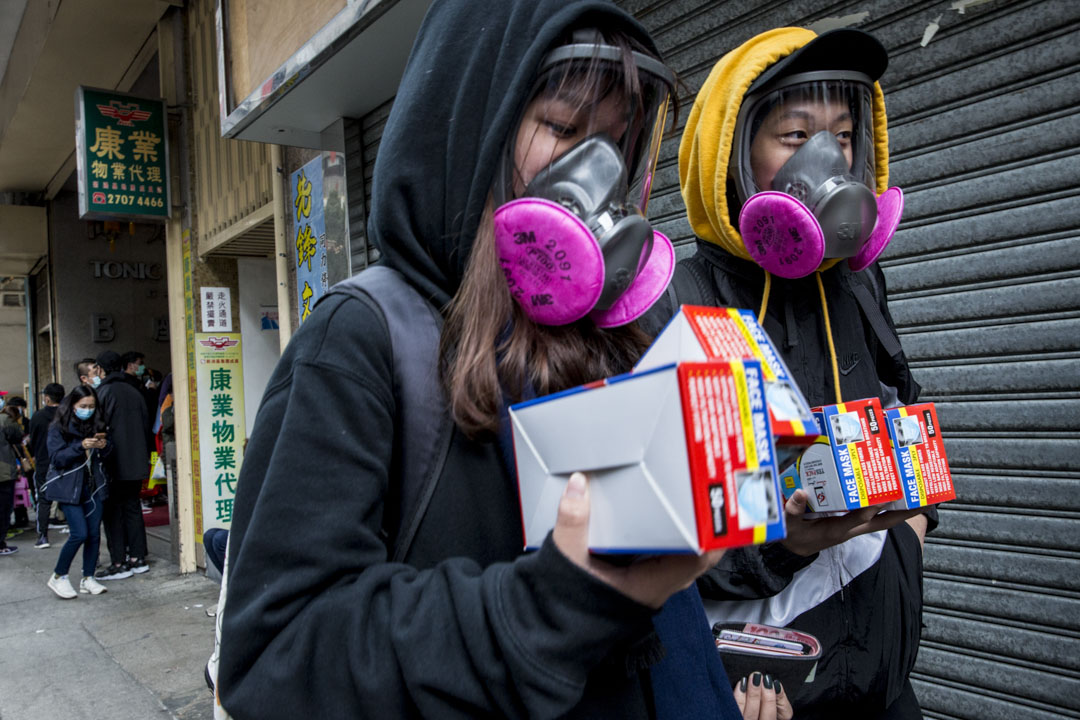 2020年2月5日,有不少市民於九龍灣排隊輪候購買口罩,有戴上防毒面罩的年輕人成功購買。