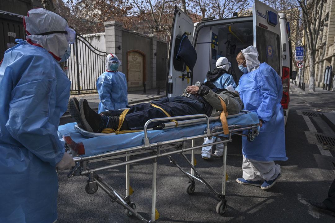 2020年1月30日,穿著防護服的醫務人員於武漢市的一間懷疑感染病毒的公寓中載走一名患者。