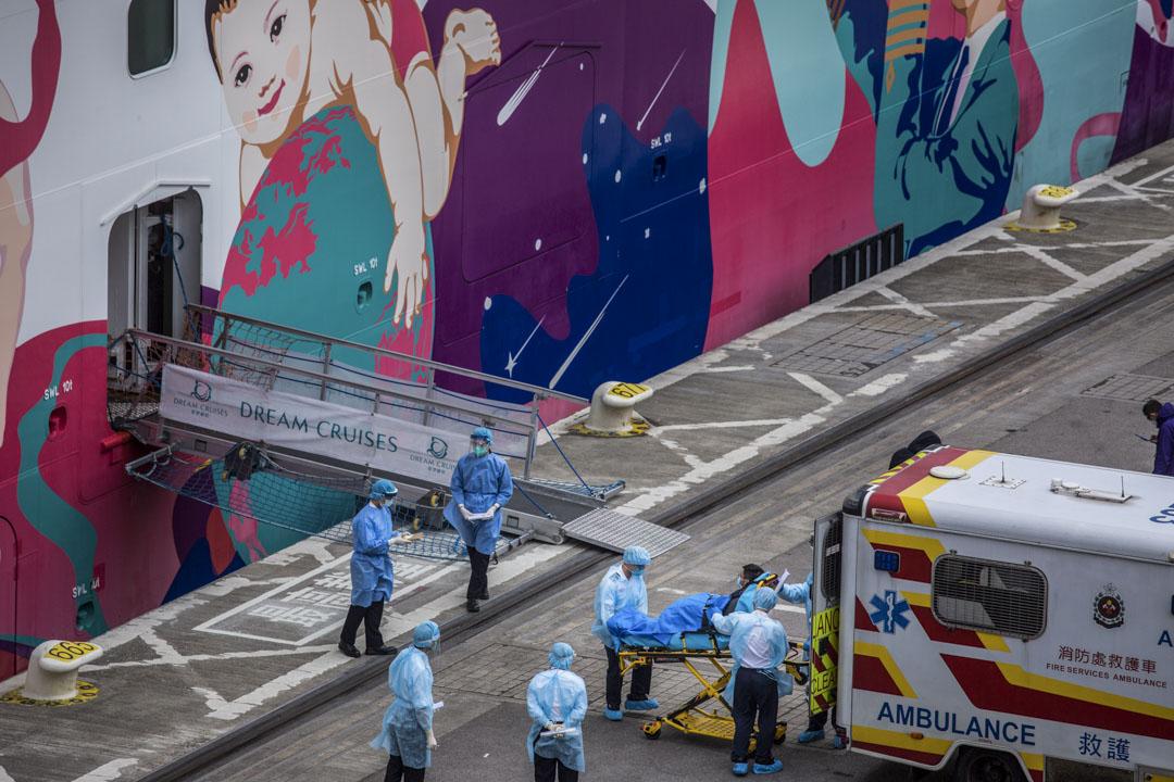 2020年2月5日,啟德郵輪碼頭,郵輪「世界夢號」的船員檢查後被送上救護車。