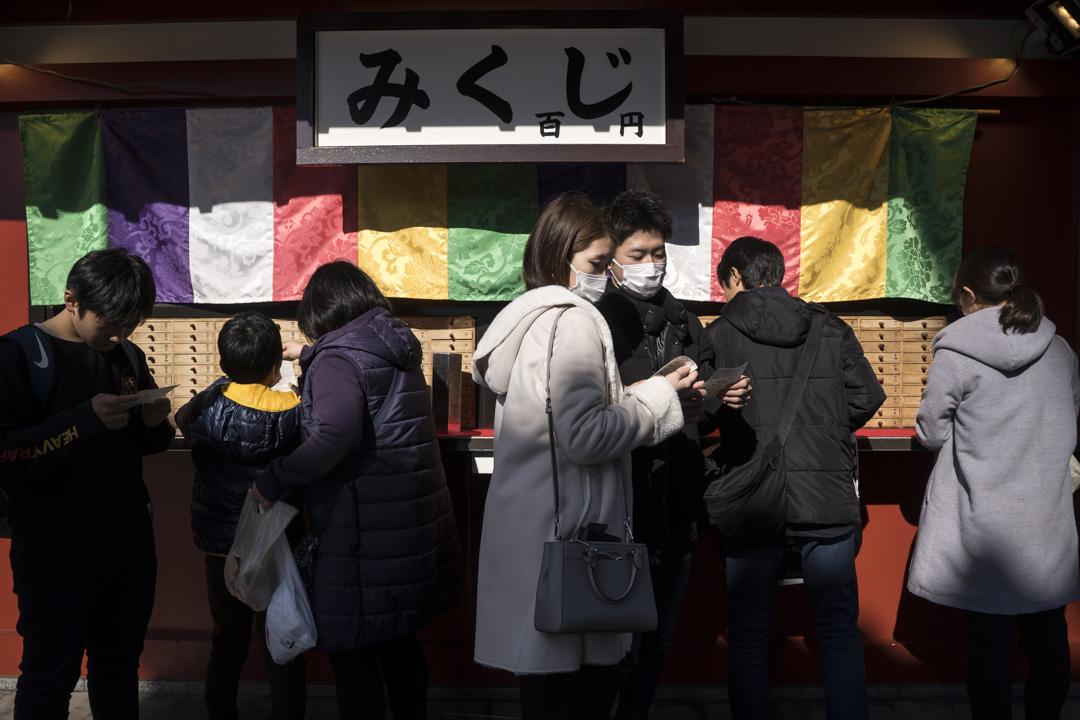 2020年2月2日,日本東京淺草區的一座寺廟裡,遊人都戴著口罩。