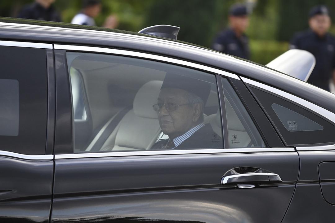 2020年2月24日,馬哈蒂爾乘坐的座駕駛離國家皇宮。 攝:Mohd Rasfan / AFP via Getty Images