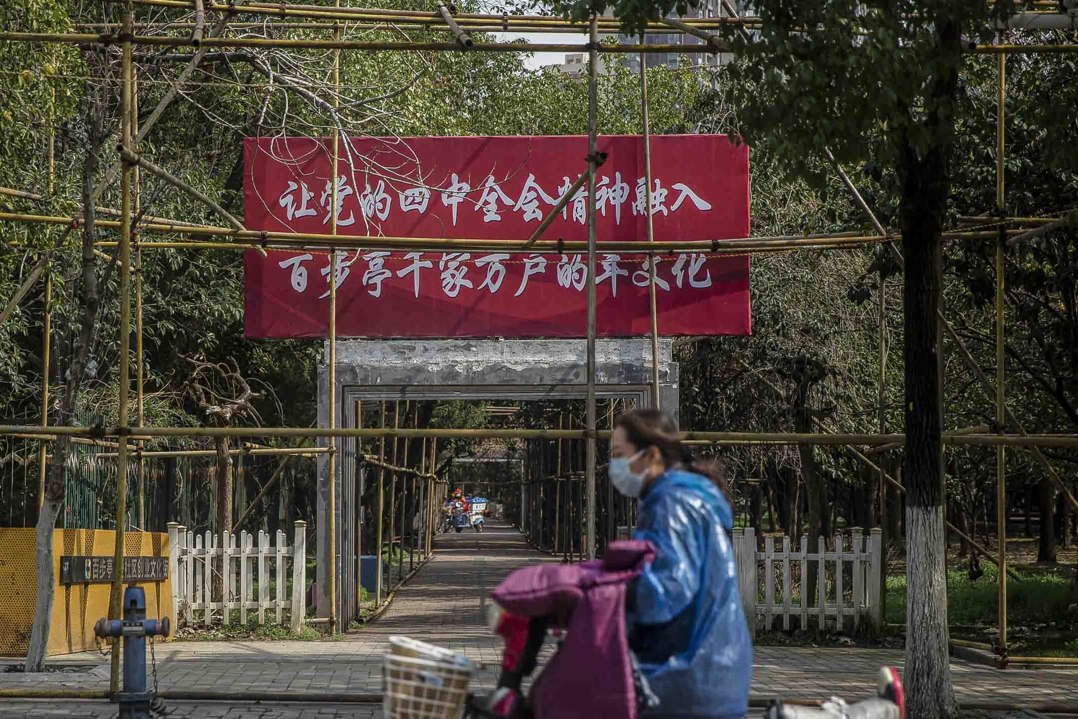 百步亭社區有不少標語。