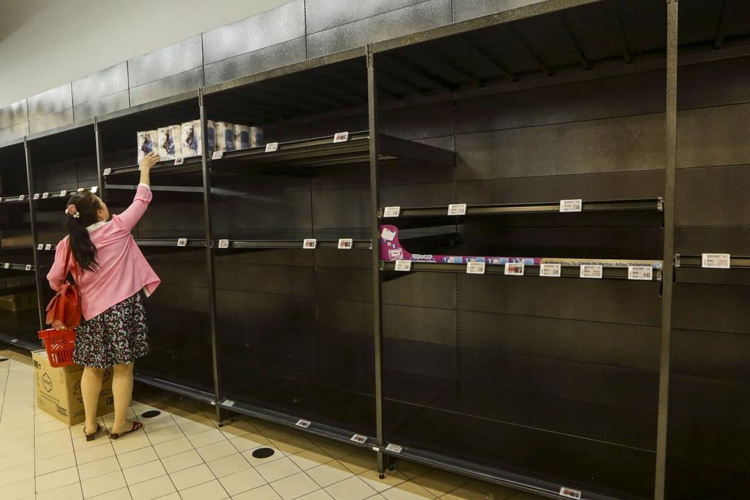 2020年2月8日新加坡,一位女顧客在一家超市購買最後幾包衞生紙。
