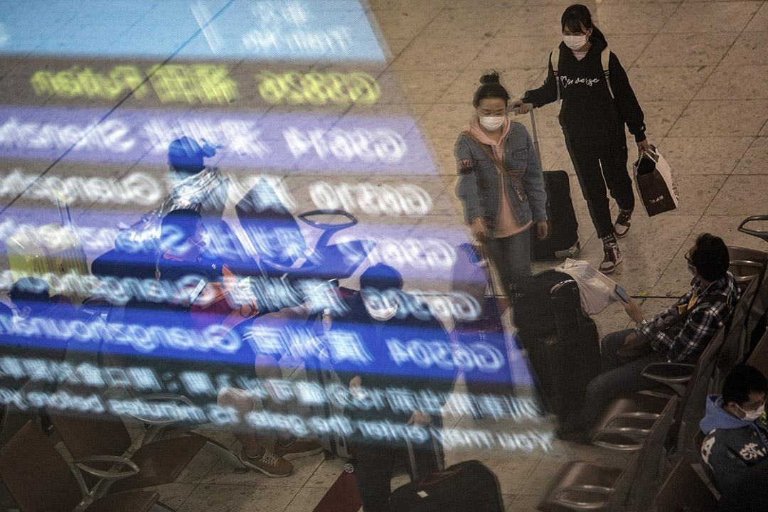 2020年1月30日,旅客在將關閉的西九高鐵站內等候列車。